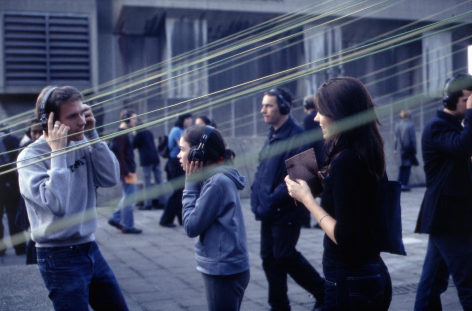 """На проекте """"Оазис"""" (2000) Кристины Кубиш посетители лондонского выставочного центра надевали наушники, чтобы в тишине создать индивидуальное звучание классической живописи"""