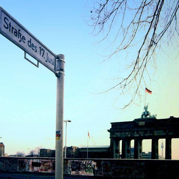 Straße des 17. Juni (im Jahr 1988) – Hinter der Mauer brodelt der nächste Aufstand. / Roland Arhelger