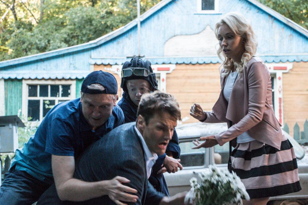 Кадр из комедии «Жених»: Толя (слева, Сергей Светлаков) решительно вступает в драку с соперником (Филипп Рейнхардт)