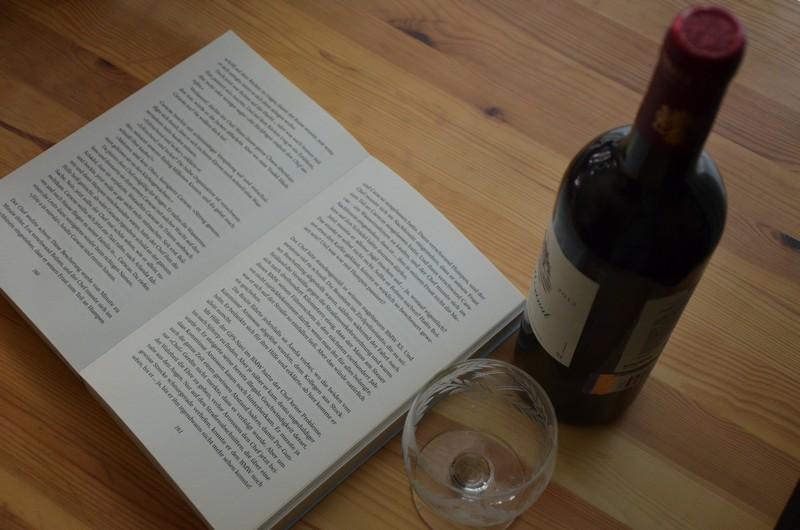 Buch und Wein: Die Kunst des Lesens. / Julia Larina