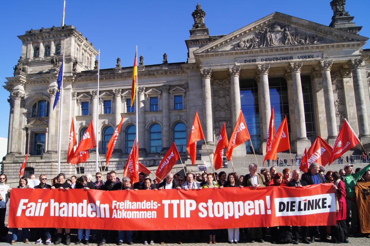 Демонстрация партии левых против соглашения о свободной торговле между ЕС и США у здания бундестага в Берлине / DIE LINKE