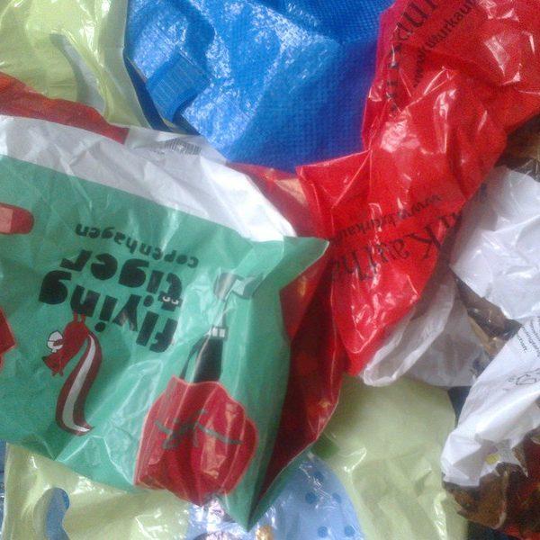 20 von weltweit einer Billion Plastiktüten. / Lucia Geis