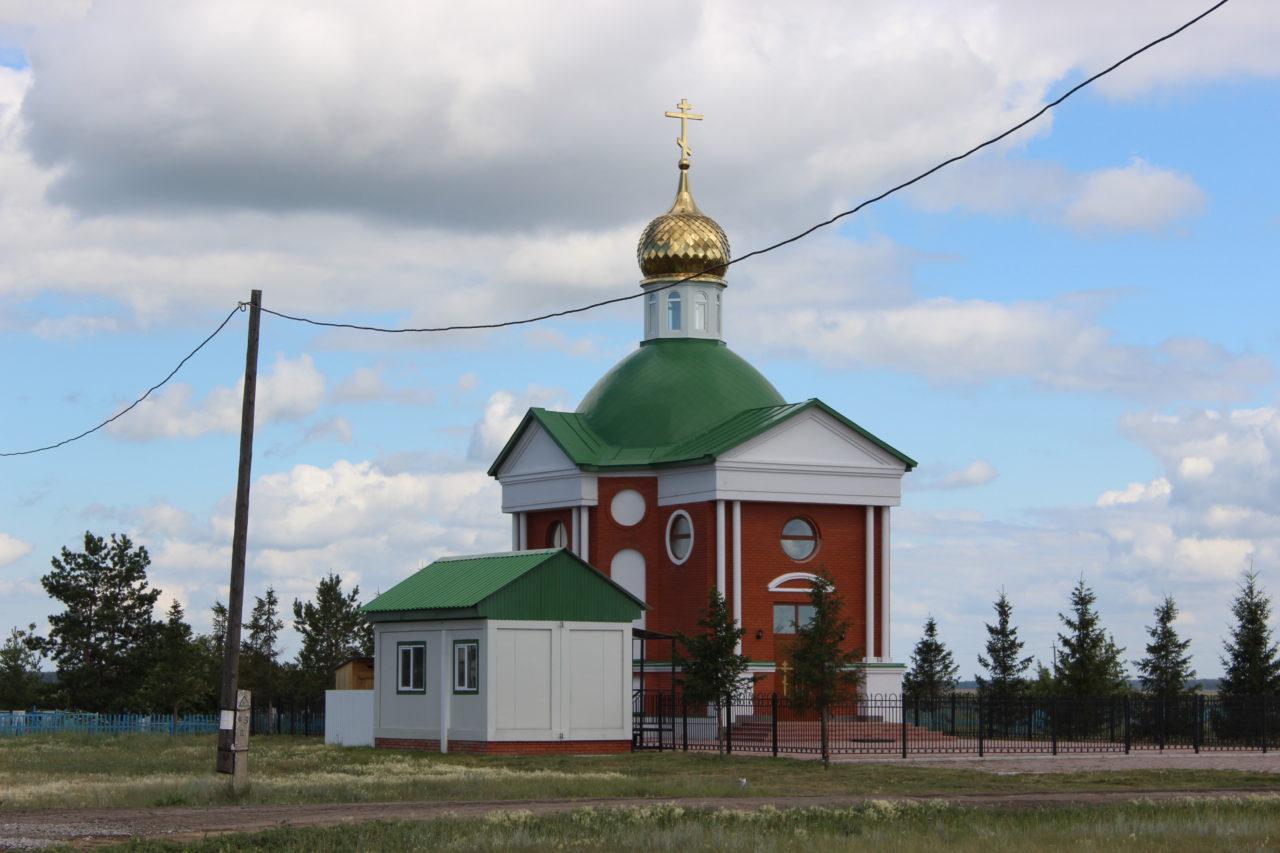 Из достопримечательностей Рождественки: православный храм, кладбище, памятник героям ВОВ, начальная школа и клуб с библиотекой