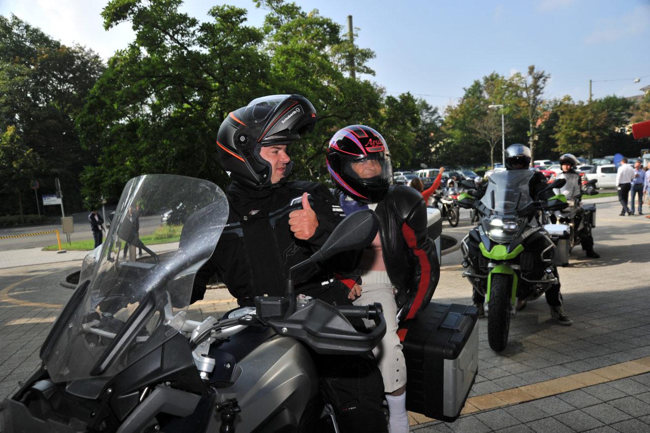 Biker Tour (Vier Motorradfahrer aus Nowy Urengoi) macht Halt in Kassel, Deutschland am 16.08.2017 vlnr Andrei Kowal, Babalena